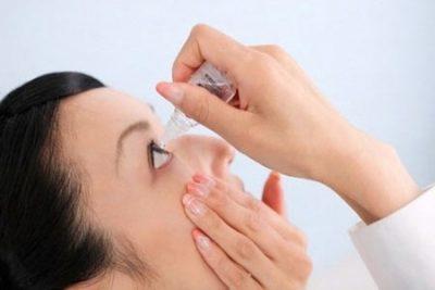 dùng nước vệ sinh kính để rửa mặt