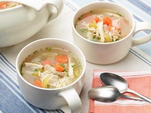 Một chén súp gà nóng là cách trị ngộ độc thực phẩm tốt
