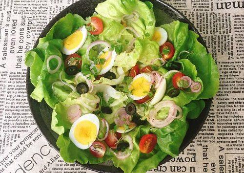 Làm salad với trứng gà