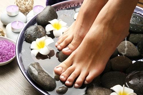 Dùng nước ấm pha với bột bạc hà để ngâm chân